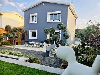Villa Au calme avec piscine près du cœur de ville