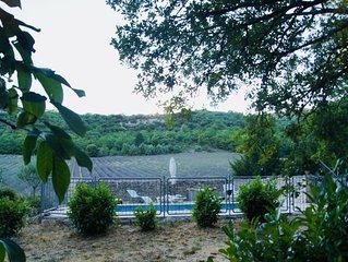 Grande maison en pierre traditionnelle avec piscine