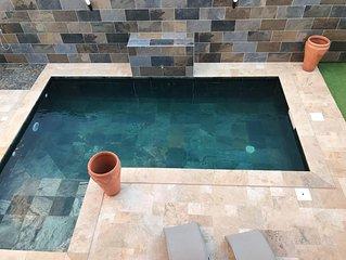 Spacieuse villa avec piscine à cascade chauffée, wifi et grand écran plat.