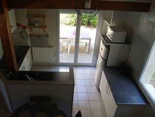 Jolie maisonnette au calme avec terrasse, 3 min FUTUROSCOPE