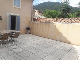 Au calme, à deux pas du colorado provençale, une maison pleine de charme.