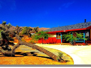 Eclectic Artist Desert Retreat, 4 miles to JTNP w/ HOTTUB