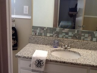 Great updated Long Island Entire Apartment Nr Airport, Beaches, Train, College