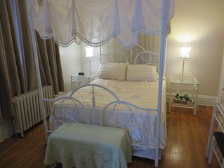 Private Apartment, sleeps 4, in the Heart of Downtown Fort Wayne (Hollywood)