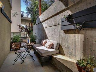 Contemporary Sleek 1 Bedroom Apt w/Private Patio on a Hillside Neighborhood