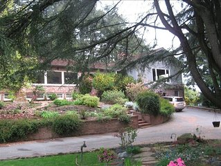 INCREDIBLE VIEWS, POOL & HOT TUB, SURROUNDED BY REDWOODS!
