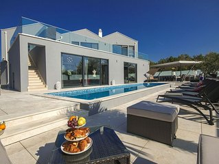 Spacious luxury villa with a private swimming pool, 5 bedrooms, 10 km from Porec