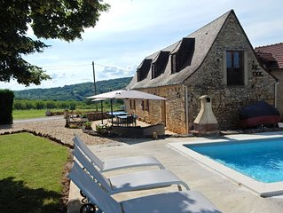 Cozy Holiday Home in Saint-Léon-sur-Vézère with Pool