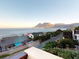 Bright, modern home w/ ocean views - near the beach & attractions