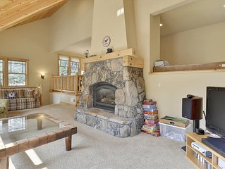 Modern Mountain Home with River Views. Close to Squaw Valley, Alpine Meadows, an