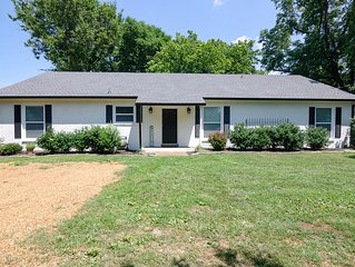 Downtown Franklin Fun! 1mi to all the fun, fenced yard with covered patio