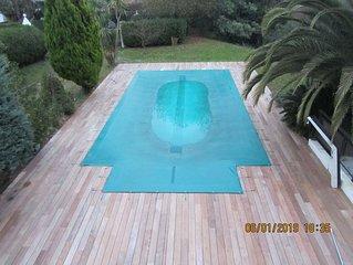 maison moderne confortable, grande piscine, jardin, belle vue campagne montagne
