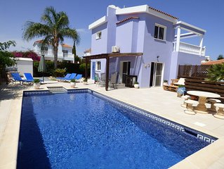 Beautiful detached villa in large plot, with private pool and mature garden