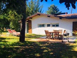 Villa tout confort avec grand jardin clos de 2000 m2 planté de pins.