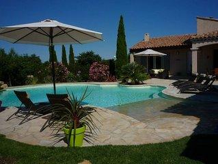 jolie villa provençale sur terrain arboré avec piscine d'architecte proche mer