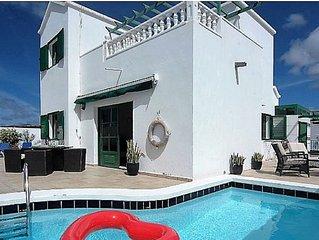 Villa Blue skies 2, villa with private pool, 10 minute walk to beach/main strip