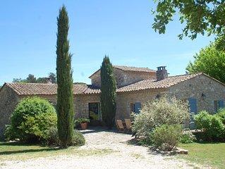 Maison de caractère en pierres avec piscine au milieu des oliviers