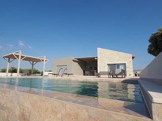 Ferienhaus Spiti Karma - entspannen am Pool mit Blick auf Meer, Ebene und Berge.