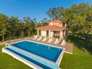 Sehr schöne und geräumige Villa mit großem Garten und tollem Pool