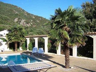 Die Villa mit Pool und grossem Aussenbereich, ein Glas Rouge - was will man mehr?