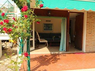 Hubsche Terrasse mit idyllischem Garten