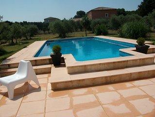 Dans un havre de paix villa avec piscine , terrain de foot, pétanque.