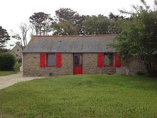 Petite maison bretonne à 2 pas de la mer avec terrasse et grand jardin.