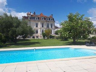 Château à St Fort sur Gironde en Charente Maritime, France. Piscine chauffée