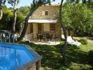 Petit mas en pleine nature avec vue magnifique sur le Luberon, a 8 km de Gordes