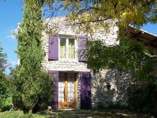 charmante petite maison en pierres, avec une grande terrasse close. Independante