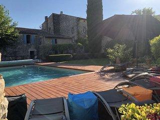 Calme et repos dans un petit village entre mer et montagne avec piscine chauffée