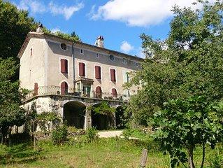 Grande maison familiale de 16 couchages au coeur d'un beau village médieval