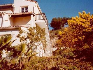 Résidence privée en bord de mer avec tennis, piscine, boulodrome et restaurant.