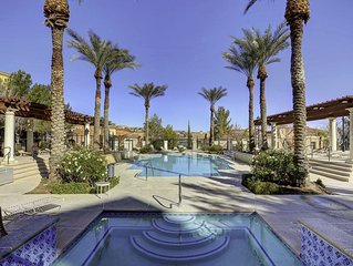 Lake Las Vegas Beautiful Poolside 2 bedroom condo. 20 min to The Strip.