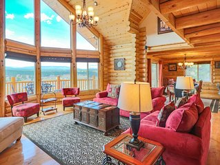 Luxury Lodge Cabin, 3 Bdrm Suites, Panoramic Views in Nat'l Forest