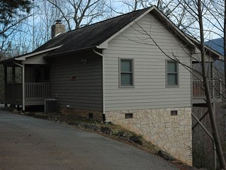 Lone Pine Lodge 1BR/1BA Gorgeous Mountain Views Easy Paved Access Wi-Fi Hot Tub
