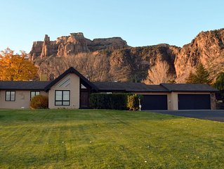 Spacious Home w/ Hot Tub & Incredible Views * the base of the CO Nat'l Monument!