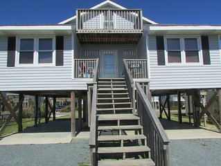 Beach bungalow a block off beach, upper deck. Large upstairs bedroom.