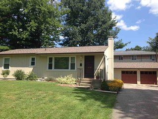 Spacious and Cozy, Walk to IU, Stay at the Acorn House in Bloomington!