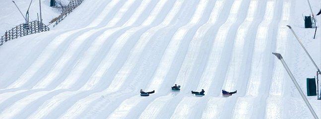 Wintergreen Resort Tubing The Plunge. Abierto en verano también. Tirolesa a la derecha.
