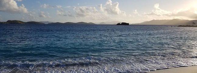 Preciosa playa de zafiros a solo 5 minutos a pie de nuestro condominio