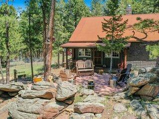1906 Vintage Cabin on1.5 Acres, 1mi to Town & 2mi RMNP, outdoor space w/views