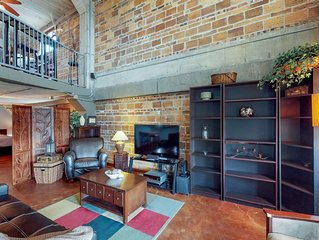 Downtown loft w/balcony & shared outdoor space/gym-walk everywhere