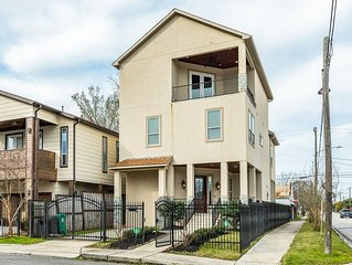 Luxury Greater Heights home w/pool table, balcony & amazing city views!