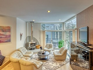 Incredible townhouse with fireplace & patios - close to the slopes!
