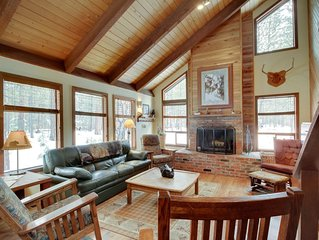 Inviting cabin w/ fireplace, private hot tub, shared pool, & tennis courts
