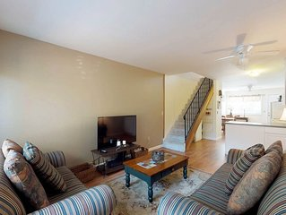 Condo w/shared pool, on-site golf, tennis & location near lake
