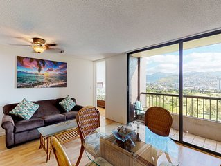 Lovely condo w/ shared plunge pool near golf course and beach