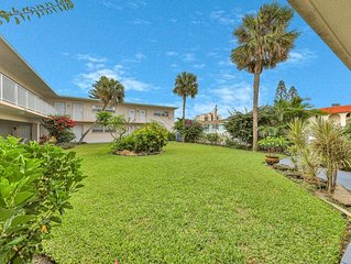 Inviting garden view condo w/full kitchen and free WiFi! Just 1 block to beach