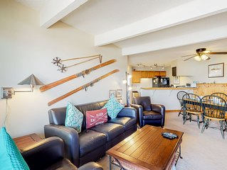 Cozy mountain view condo w/ private balcony & wood-burning fireplace